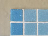 Керамическая мозаика, наклеенная на стену, обработанную составом ЛАХТА® эластичная гидроизоляция однокомпонентная
